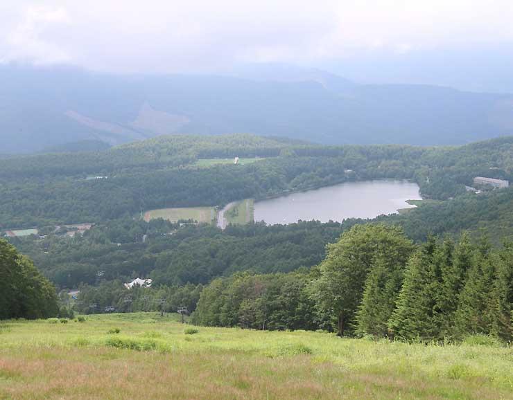 ゴンドラリフト山頂駅近くから望む女神湖