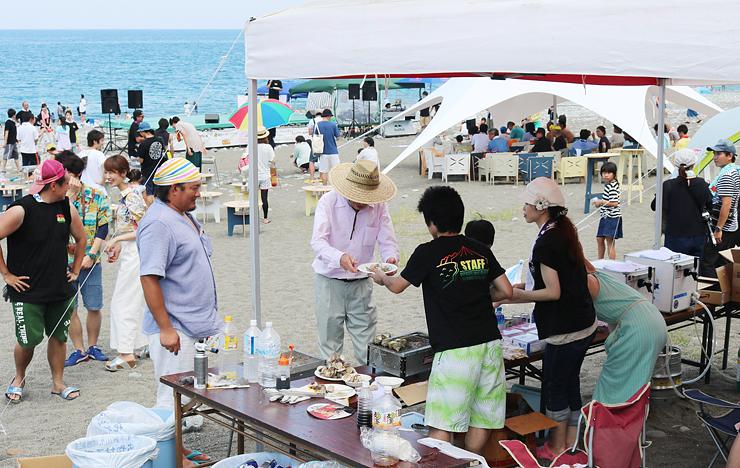 飲食販売や音楽ステージで多くの来場者を楽しませたマリンフェスタ=宮崎海岸