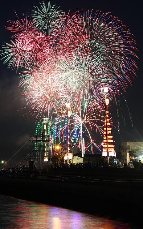 たてもんの上空を鮮やかに彩る花火=魚津市諏訪町(多重露光、写真部部長デスク・垣地信治)