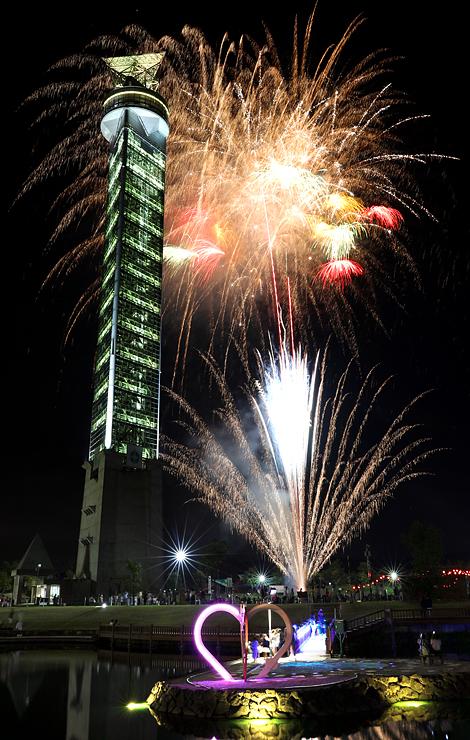 クロスランドタワーと夜空を彩った花火=クロスランドおやべ(多重露光、写真部長・佐藤範幸)