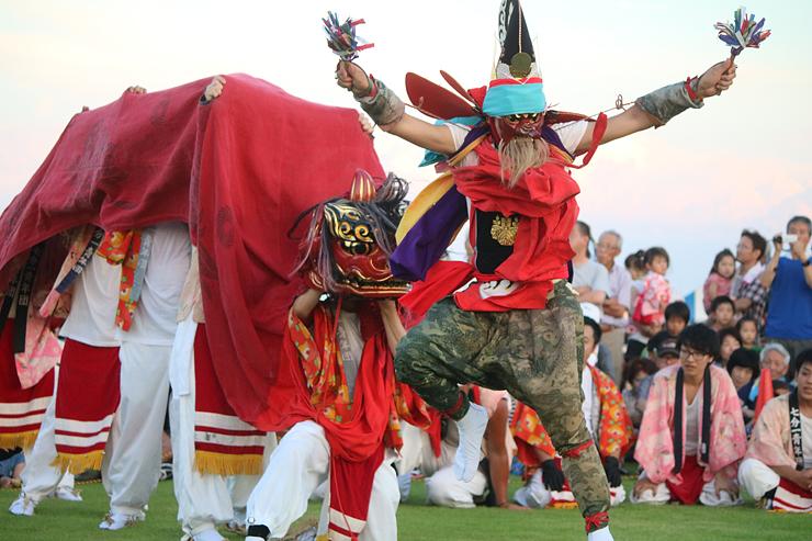 迫力のある演舞で観客を楽しませた浦出青年団=比美乃江公園