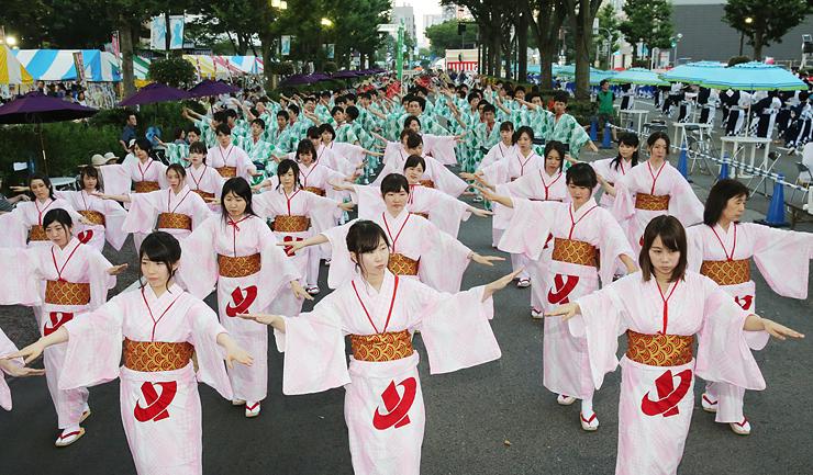 大勢の踊り手が参加し、見物客を楽しませた越中おわら踊り=富山市の城址大通り