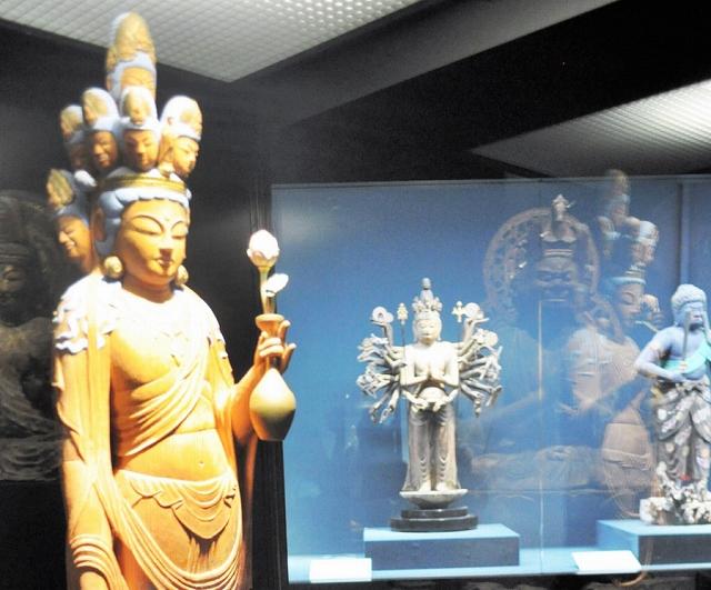 福井県小浜市在住の仏師が制作した木造十一面観音立像(左)=同市の県立若狭歴史博物館