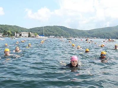 野尻湖一周、老若男女そろって遠泳 信濃町で110人完泳