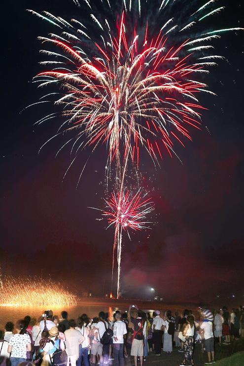 夜空と湖面を鮮やかに彩った花火=赤祖父レイクサイドパーク(多重露光)