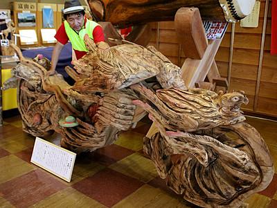 被爆クスノキで木彫バイク 長崎出身音琴さん制作