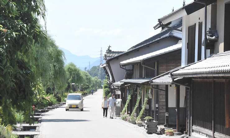 まるっと信州とうみ号が停車する旧北国街道海野宿。年間を通して観光客が訪れる