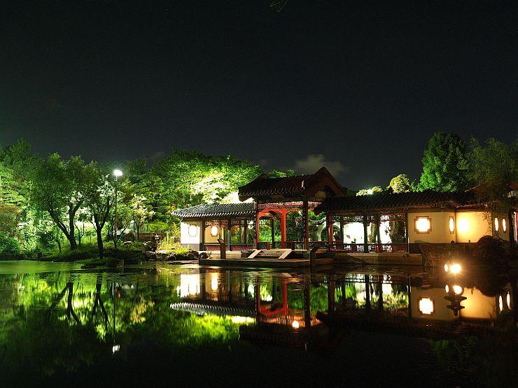 夏場は開園時間を午後9時まで延長し、ライトアップしている天寿園=新潟市中央区