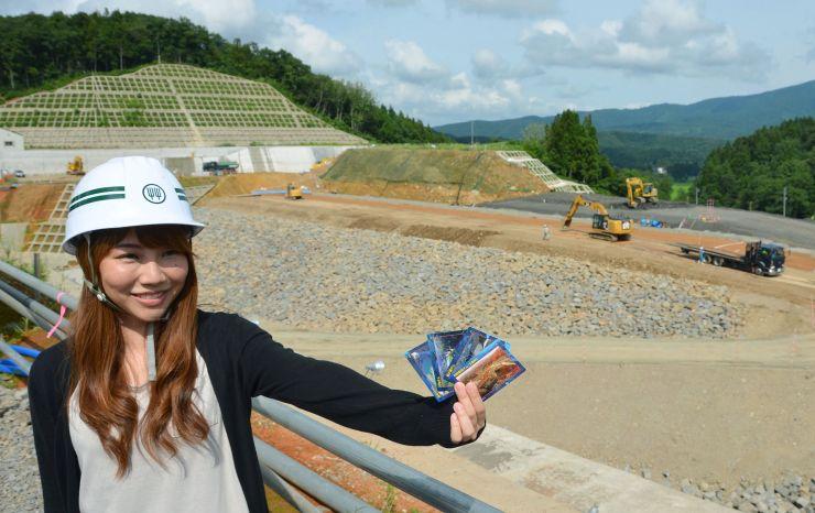 新潟県柏崎地域振興局などが作ったダムカード。背後は建設中の市野新田ダム=柏崎市
