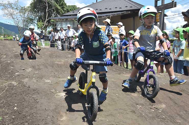 キックバイクでコースを駆け抜ける園児たち
