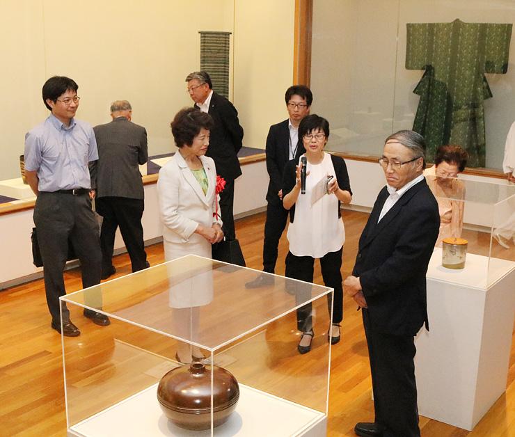 日本の近代工芸の名品に見入る出席者=高岡市美術館