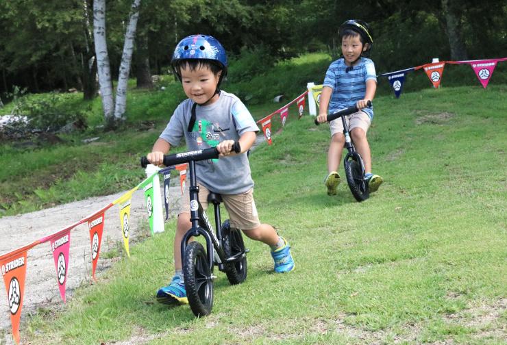 ストライダーを楽しむ子どもたち。平衡感覚が養われ、自転車の練習にも効果的という