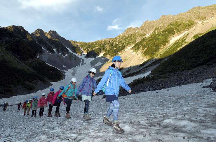 北穂高岳に向けて出発する修猷館高校山岳部の生徒たち=10日午前5時19分、涸沢