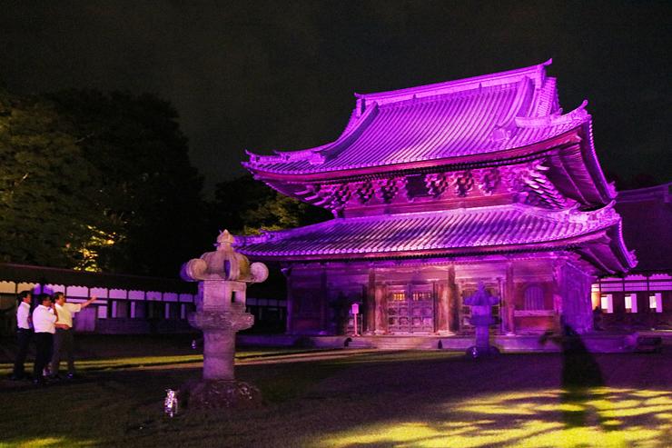 試験点灯で紫色にライトアップされる仏殿=瑞龍寺