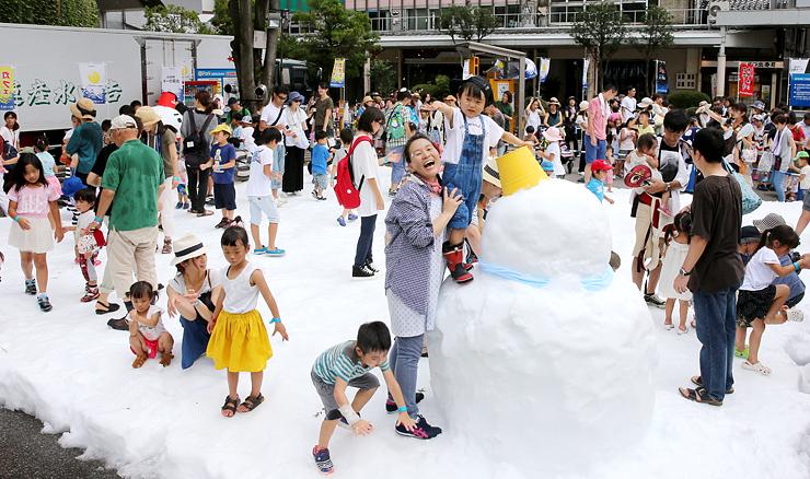雪遊びを楽しむ子どもたち=高岡大和横の広場