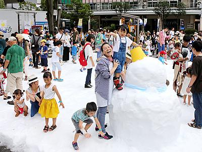 真夏の雪に大喜び 高岡で「クール!OTAYA」開幕