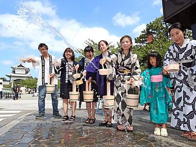 紺屋坂で金沢城兼六園商店会 打ち水、涼しいもてなし