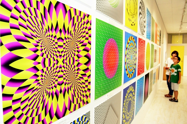 目の錯覚で動いて見えるアート作品などが並ぶ特別展=福井市の県立こども歴史文化館