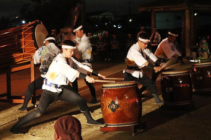 勇ましい太鼓を披露する出演者=東野尻農村公園