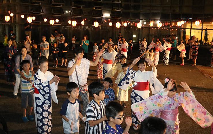 福野小児童らが加わって盛り上がった輪踊り=南砺市園芸植物園