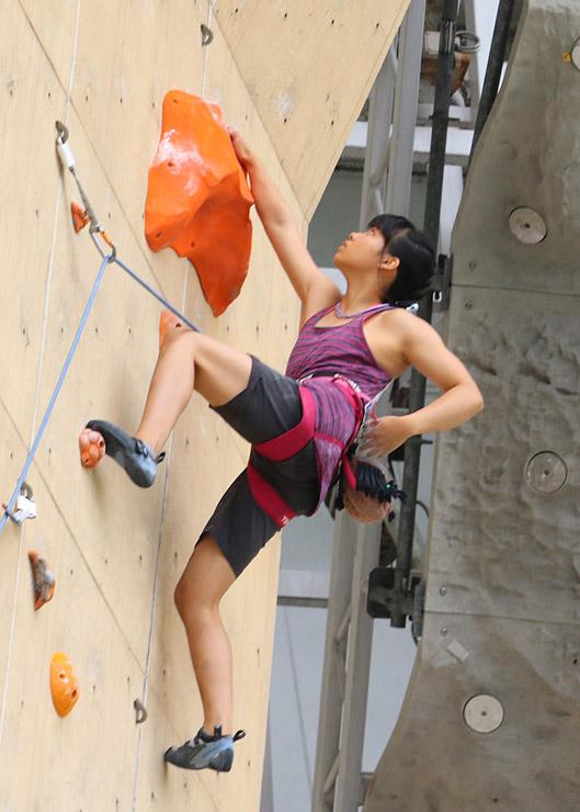 壁の突起物に手足を掛けながら登る選手=桜ケ池クライミングセンター