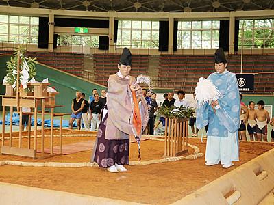 土俵完成、安全祈る 13日に高岡市民体育館で県青年相撲