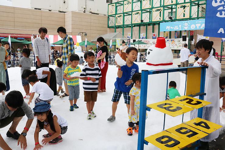 雪玉の的当てを楽しむ子どもたち=高岡大和横の特設会場