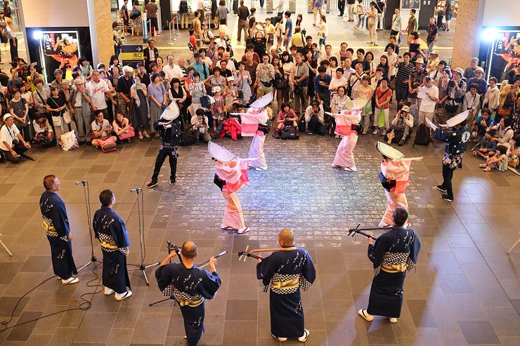 富山駅でおわら演舞を楽しむ利用客