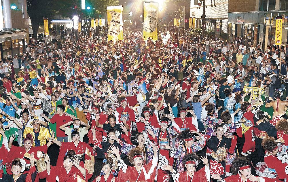 華やかな舞が繰り広げられたYOSAKOIソーランの総踊り=12日午後9時半、北國新聞会館前