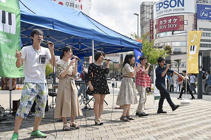 「ウェルカム ストリート・ライブ」でアカペラを披露する信大生たち=12日、松本駅前