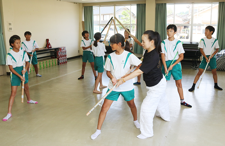 沼さん(中央右)の指導を受ける児童=朝日公民館