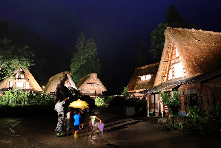 雨の中、ライトアップされ幻想的に浮かび上がる合掌造り家屋=南砺市相倉