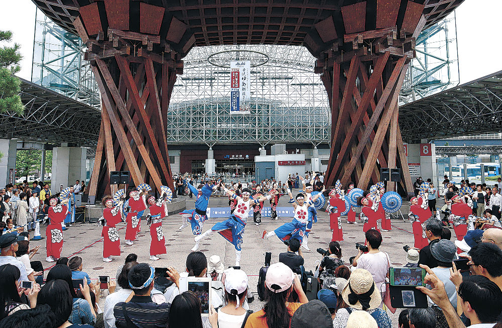 華麗な演舞で観光客を楽しませた「The日本海&北國新聞」=JR金沢駅