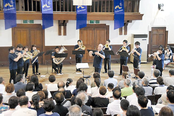 「故郷」の演奏では観客も合唱したOMFの金管アンサンブル演奏会=13日、松本市のあがたの森文化会館