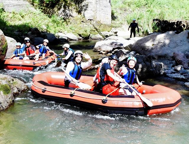全長2・1キロを下る「アドベンチャーボート」。流れは緩やかで子どもも大人も一緒に楽しめる=福井県池田町