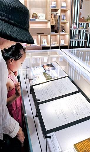 原稿の複製や小説、エッセーの単行本などが並ぶ企画展「福井の夏を描いた文学」=14日、福井市の県ふるさと文学館