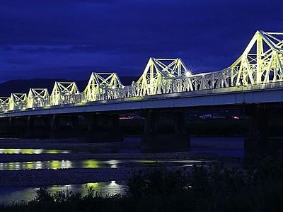 希望の光に照らされ 長生橋80周年を記念 長岡