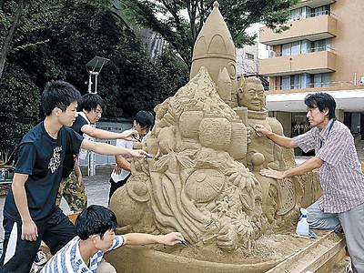 砂像の楽しさ知って 羽咋の古永さん、竪町で制作実演