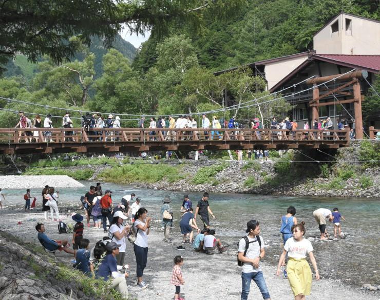観光客でにぎわう上高地の河童橋付近