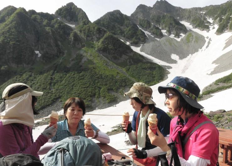 涸沢小屋のソフトクリームを味わう女性登山者たち