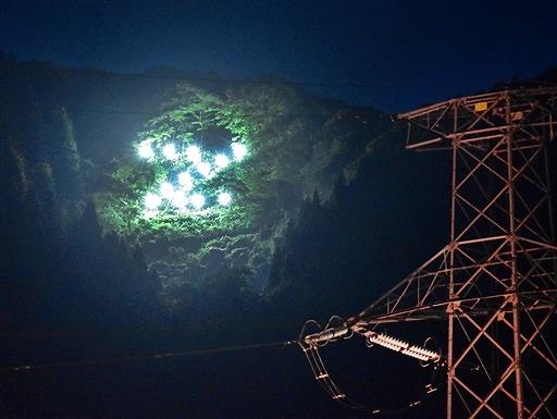 試験点灯で、城山の斜面に浮かび上がった「Z」のLED文字=12日夜、永平寺町谷口から撮影