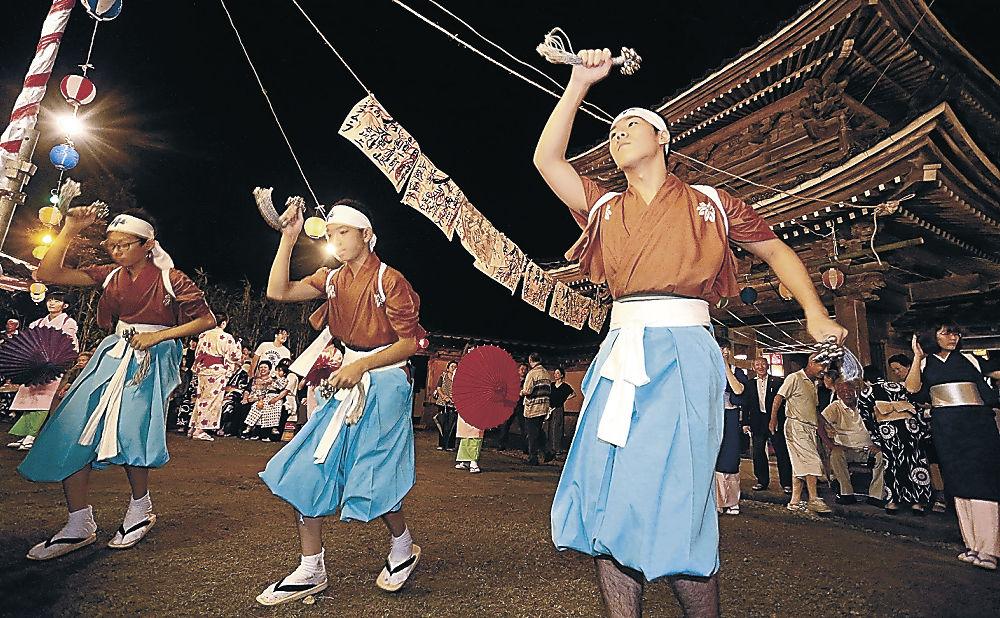 伝統の二俣いやさか踊りを繰り広げる住民=金沢市二俣町の本泉寺