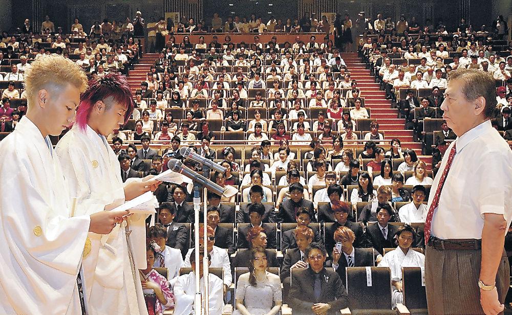 矢田町長を前に答辞を述べる新成人=津幡町文化会館「シグナス」
