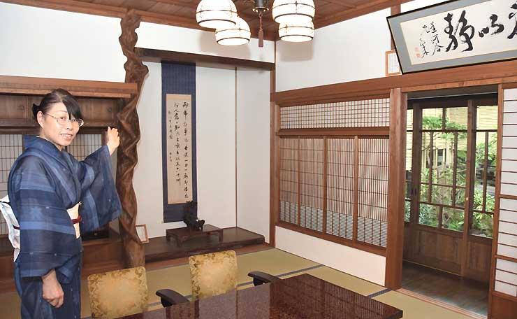 武家屋敷「河合邸」から移した床柱や障子の木枠を利用した客室