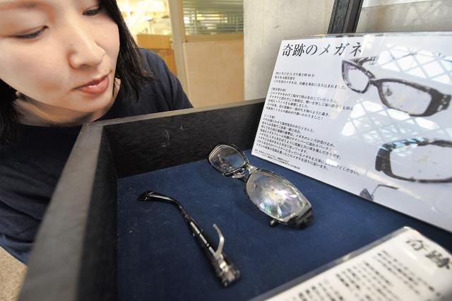 鯖江市役所1階のエントランスホールで展示されている「奇跡の眼鏡」