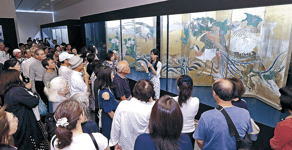 古澤さんの解説で作品に理解を深める来場者=金沢21世紀美術館