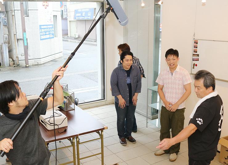 映画「まちむすび」の撮影に臨む窪田さん(右)や宇野津さん(同3人目)ら