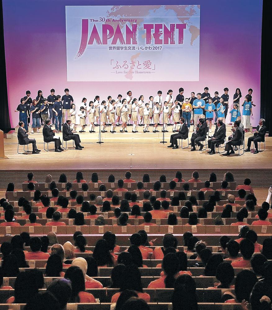 留学生300人が出席して行われた歓迎式典=北國新聞赤羽ホール