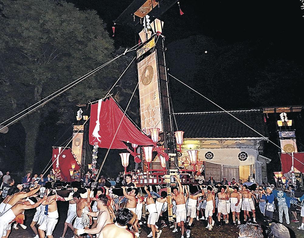 曽々木大祭で7年ぶりに担ぎ出された大キリコ=輪島市町野町曽々木