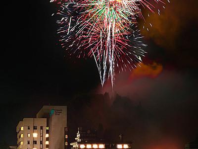 温泉街彩る大輪 宇奈月「峡谷花火響宴」